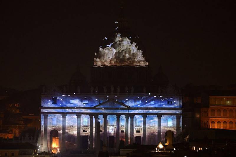 Lo spettacolo Fiat Lux sulla facciata di San Pietro (Getty Images)