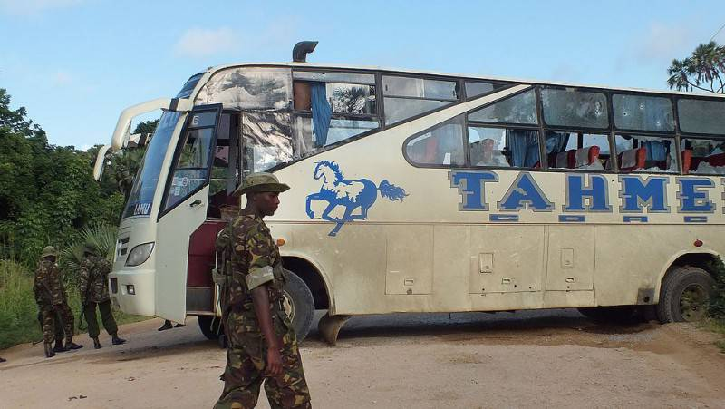 Un autobus assaltato dai terroristi in Kenya (STRINGER/AFP/Getty Images)