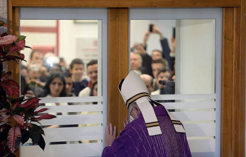 Papa Francesco apre la Porta Santa alla Caritas di Roma (FILIPPO MONTEFORTE/AFP/Getty Images)