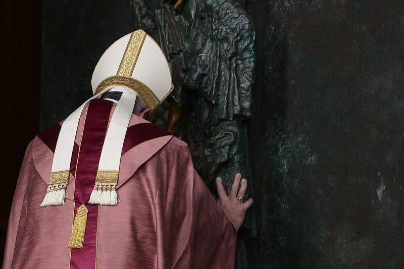 Papa Francesco apre la Porta Santa di San Giovanni in Laterano (FILIPPO MONTEFORTE/AFP/Getty Images)