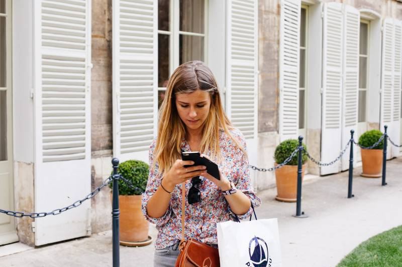 Ragazza sullo smartphone (Pixabay)