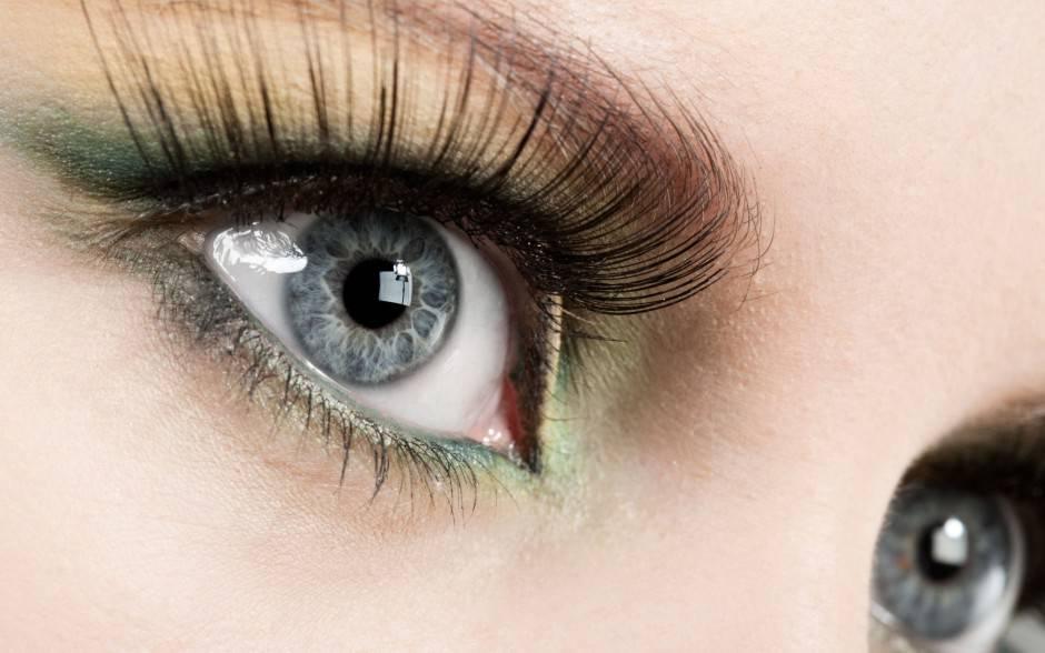 Ciglia-femminili-e-occhi-grigi