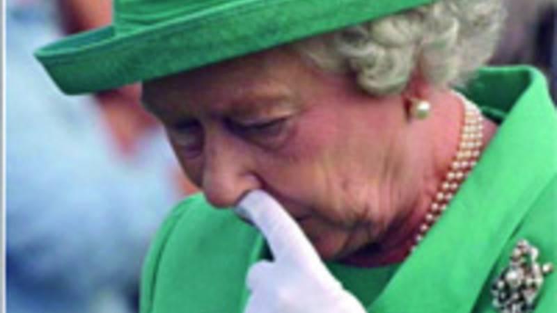 La Regina Elisabetta II con il dito nel naso