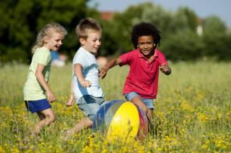 la-felicita-per-i-bambini-giocare-allaria-aperta-2-640x426