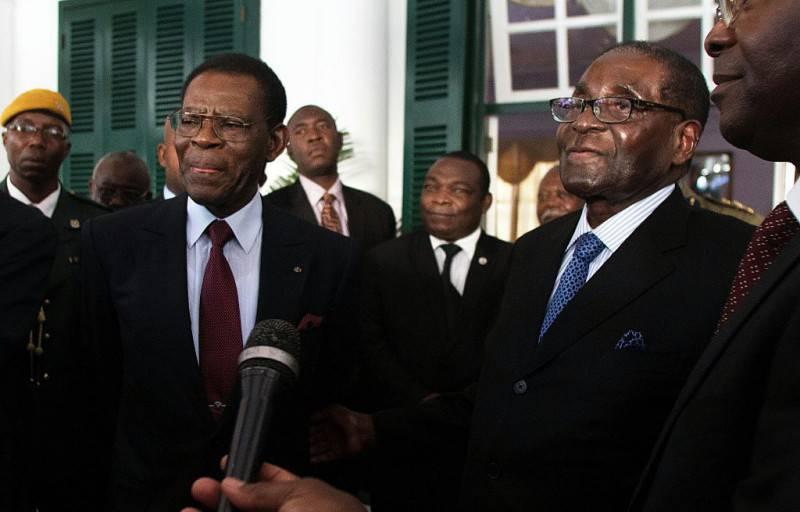 Il presidente dello Zimbabwe, Robert Mugabe, a destra (JEKESAI NJIKIZANA/AFP/Getty Images)