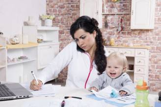 Mamma lavoratrice (Thinkstock)