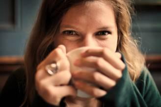 Ragazza beve il tè (Pixabay)