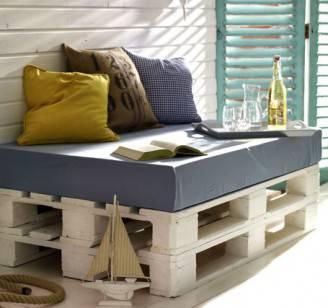 Un'idea fai da te, casse di legno rivestite con imbottitura e cuscini