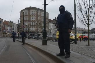 Polizia antiterrorismo a Bruxelles (EMMANUEL DUNAND/AFP/Getty Images)