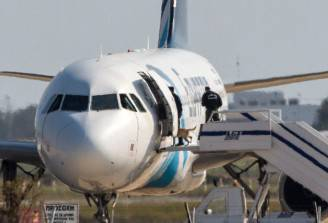 Aereo della Egypt Air dirottato a Cipro (BEHROUZ MEHRI/AFP/Getty Images)