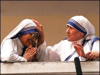 Madre Teresa benedice una suora (RAVEENDRAN/AFP/Getty Images)