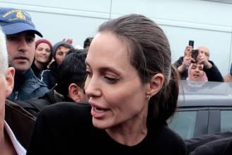 Angelina Jolie in Grecia durante una visita ai migranti il 16 marzo 2016 (Milos Bicanski/Getty Images)