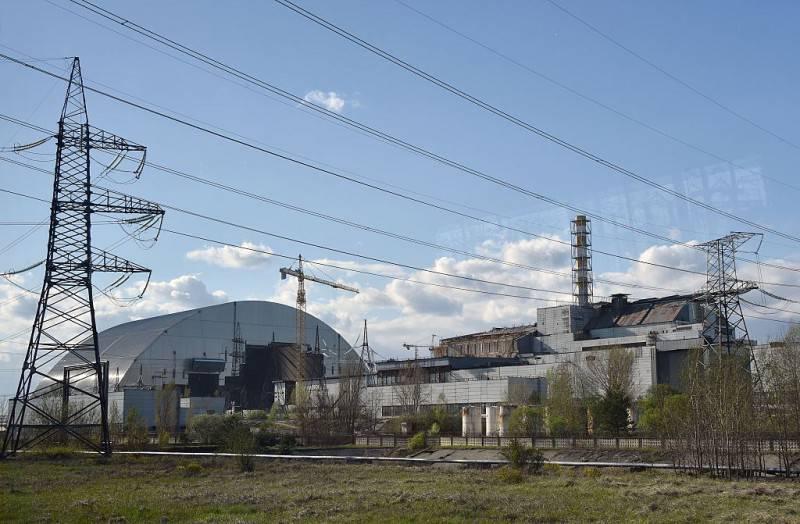 La centrale nucleare di Chernobyl con il nuovo sarcofago in costruzione (GENYA SAVILOV/AFP/Getty Images)