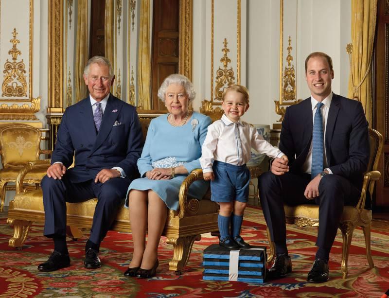 La Regina Elisabetta nella foto commemorativa per i suoi 90 anni, insieme al figlio Carlo, il nipote William e il pronipote Geroge (Ranald Mackechnie/Royal Mail/Getty Images)