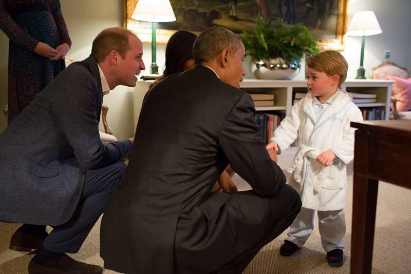 Baby George in vestaglia stringe la mano a Obama