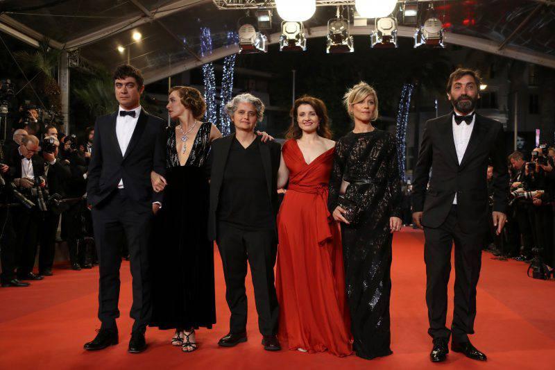 """Valeria Golino e Riccardo Scamarcio a Cannes con il cast del film """"Pericle il Nero"""" (VALERY HACHE/AFP/Getty Images)"""