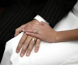 Fede nuziale al dito degli sposi (Brigitte Smith iStock)