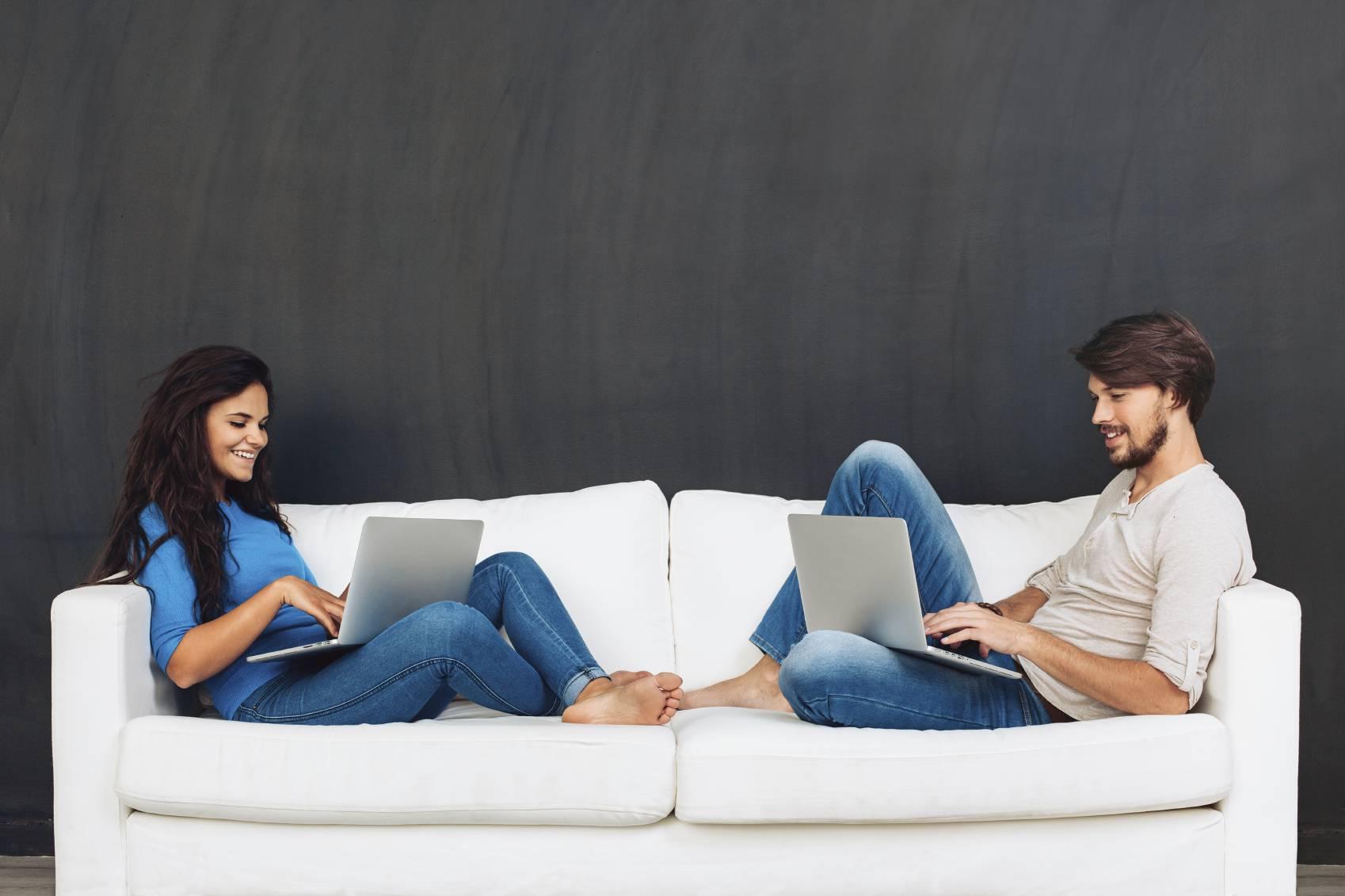 Coppia: il modo in cui vi sedete sul divano rivela che tipo di relazione  avete