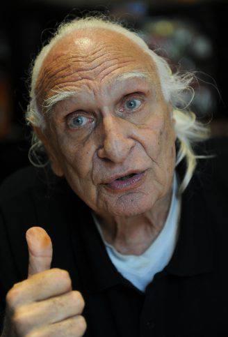 """Il cofondatore e leader storico del Partito Radicale Marco Pannella in un bar di Via di Torre Argentina il 7 giugno 2011 dopo 48 giorni, lo sciopero della fame. """"Certo che vado a votare, e voto quattro sì"""".Lo afferma il leader dei Radicali, Marco Pannella oggi 9 giugno 2011 . ANSA/MAURIZIO BRAMBATTI"""