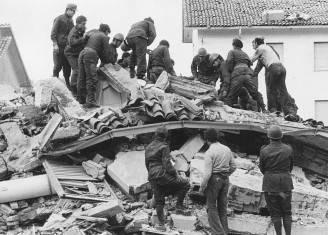 Il terremoto in Friuli del 6 maggio 1976, i soccorsi il giorno seguente (Keystone/Getty Images)