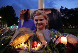 Fiori e candele per Jo Cox (DANIEL LEAL-OLIVAS/AFP/Getty Images)