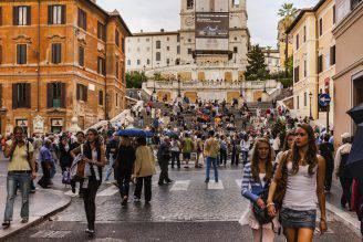 Persone in Piazza di Spagna, Roma (Devasahayam Chandra Dhas, iStock)