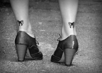 Piccoli-fiocchi-tatuati-dietro-la-caviglia