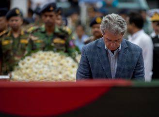 L'ambasciatore italiano Mario Palma, durante una cerimonia per le vittime di Dacca (ROBERTO SCHMIDT/AFP/Getty Images)