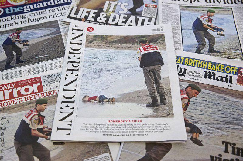 La morte del piccolo Aylan sui giornali (JUSTIN TALLIS/AFP/Getty Images)
