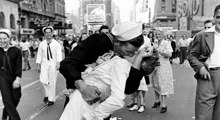 Il bacio a Time Square alla fine del Seconda Guerra Mondiale (Foto di Alfred Eisenstaedt, Life Magazine, 1945)