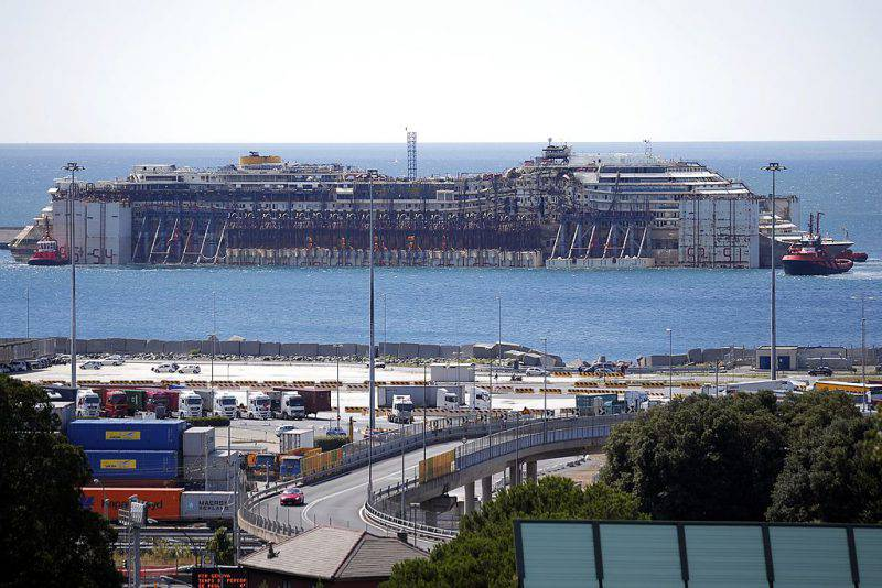 Il relitto della Costa Concordia in arrivo nel porto di Genova nel 2014 (MARCO BERTORELLO/AFP/Getty Images)