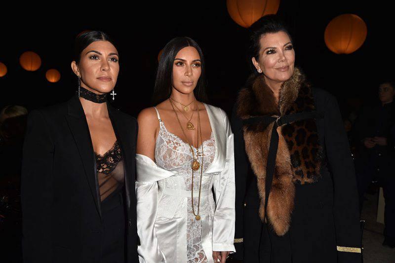 Kim Kardashian, al centro, con la sorella Kourtney e la madre Kris Jenner (Pascal Le Segretain/Getty Images)