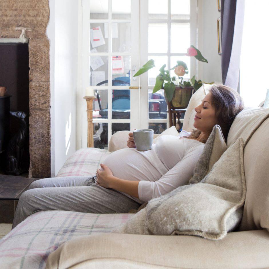 Posizione Divano E Tv gravidanza: le posizioni più comode con il pancione