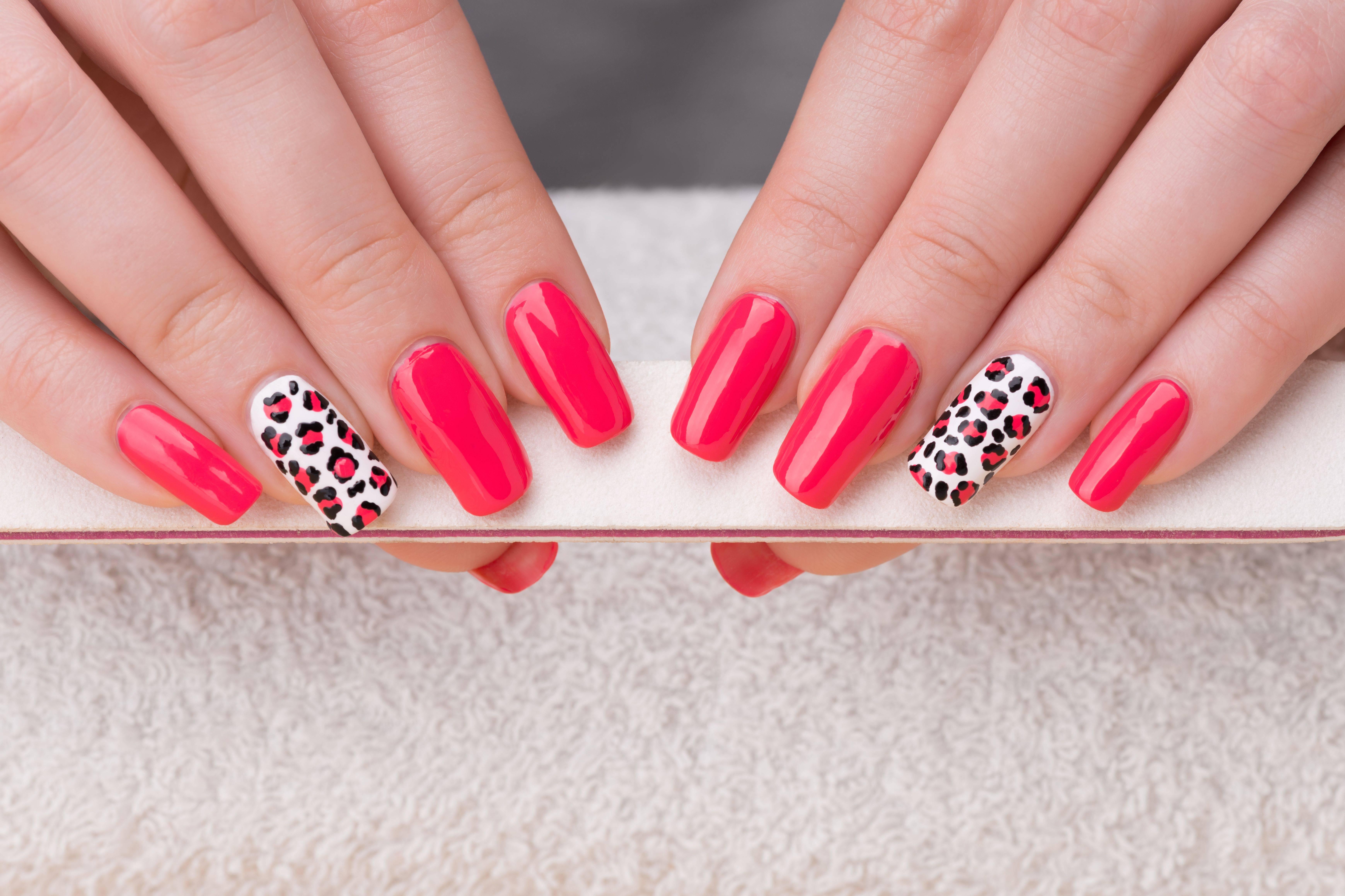 Nel tutorial che vi proponiamo è possibile vedere come creare un nail art  le cui unghie hanno la forma a mandorla, ovviamente se il soggetto  disegnato che è
