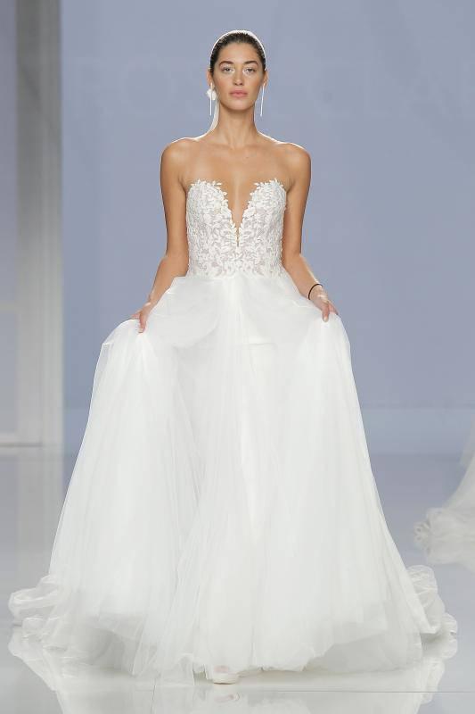 bd6dc8d283c4 Rosa Clarà e i suoi stupendi abiti da sposa per il 2018…a voi la foto  gallery!