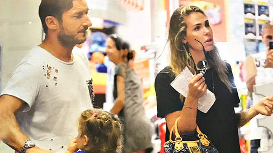 Totti e Ilary al supermercato