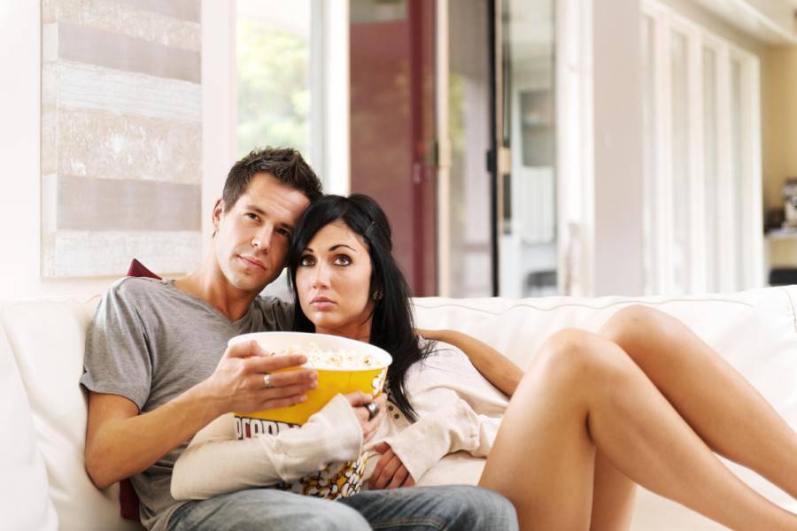 coppia che guarda un film