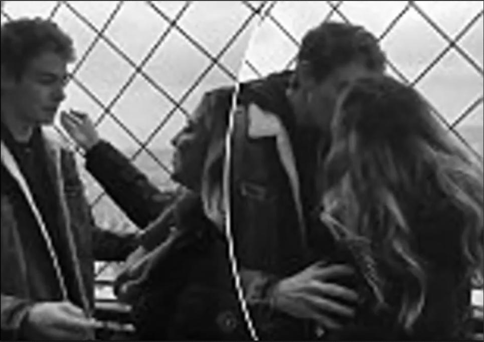 Parigi, bacio a uno sconosciuto alla Tour Eiffel:
