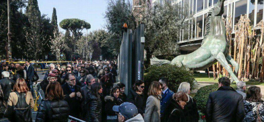 Fabrizio Frizzi, folla di persone alla camera ardente