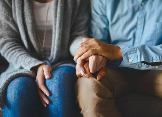 innamorati e stretta di mano contro il dolore