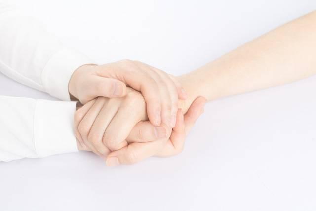 tenersi per mano calma il dolore