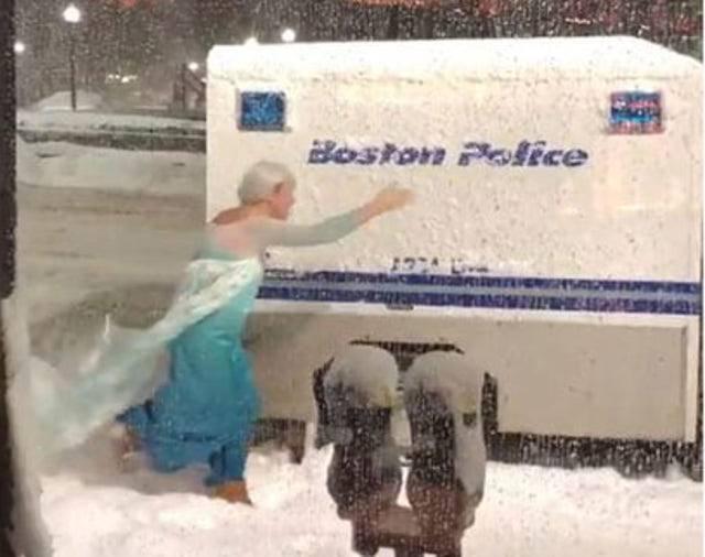 uomo Elsa aiuta polizia