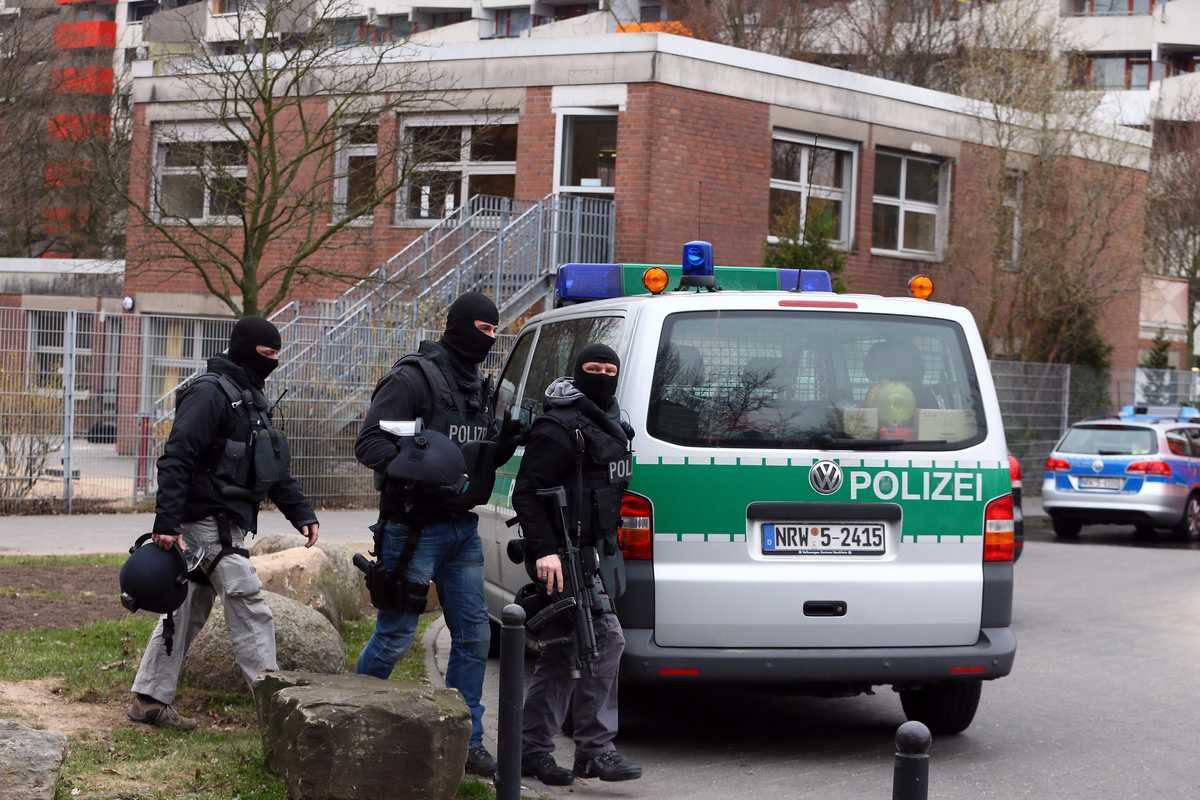 Germania: folle armato di coltello semina il panico, la polizia gli spara