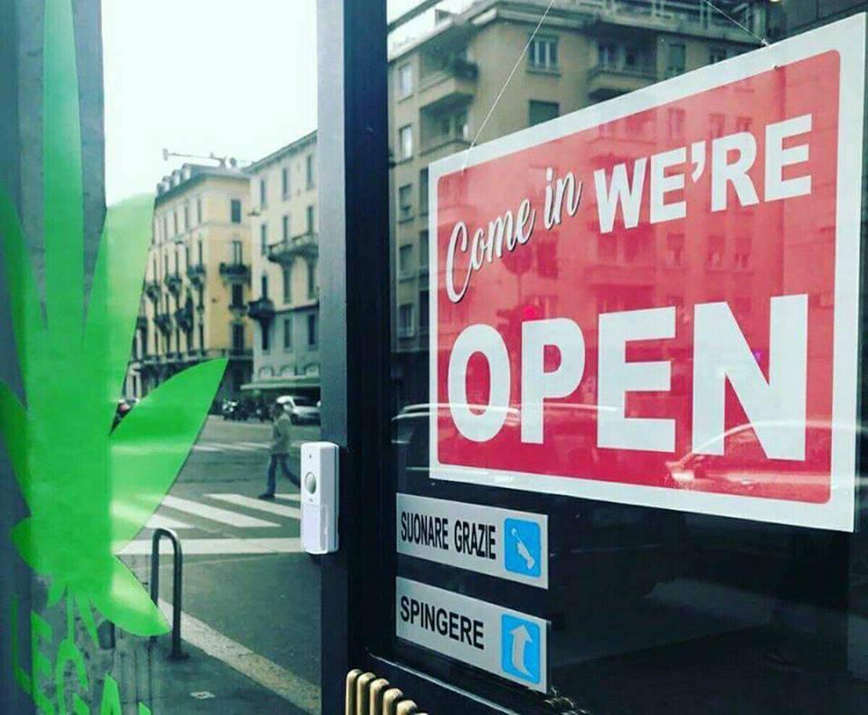 MILANO: J-Ax apre il suo negozio di marijuana legale