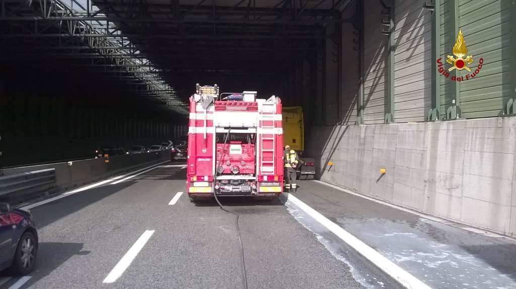 Savona: paura in autostrada per un pullman con trenta ragazzi a bordo