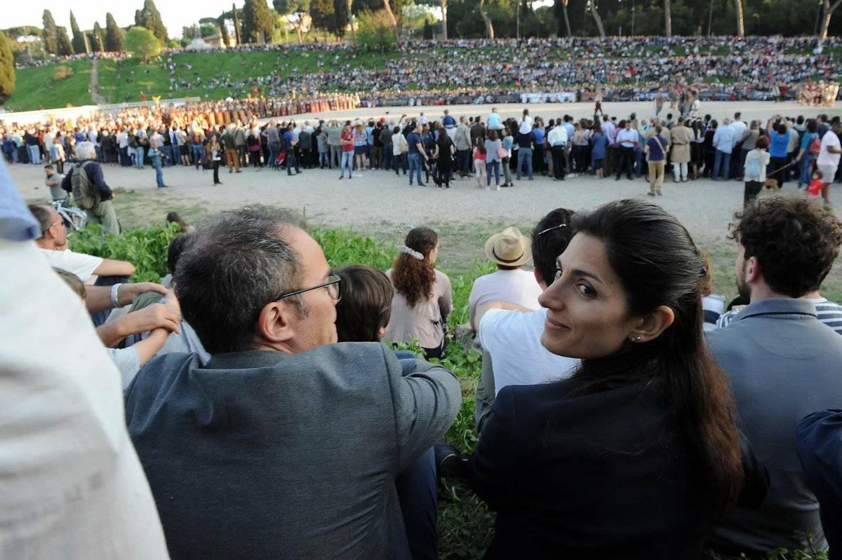 Virginia Raggi e suo marito a Roma