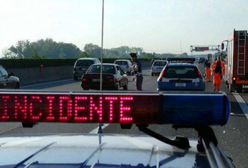 Grave incidente sulla A1: auto travolta da un camion