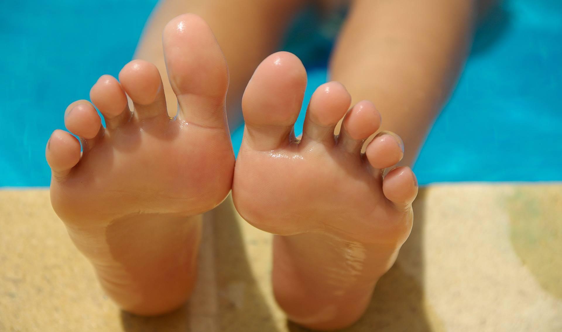 fungo ai piedi unghie