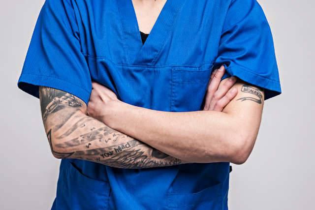 medico con tatuaggi
