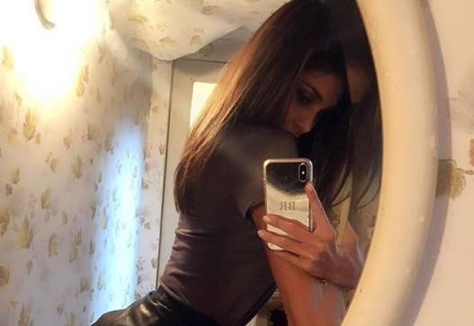 Selfie Allo Specchio.Il Selfie Di Belen Allo Specchio Con Il Dettaglio Molto